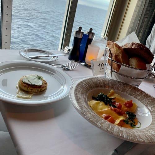 海を眺めながらのお食事は最高です♪   客船ノルウェージャン・ブリスのダイニング、フード&ドリンク