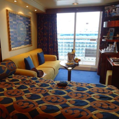 MSC代理店IMAのお勧めのヨットクラブはベランダ付きの最上階の16階。 このコースは左舷の部屋が良いとの担当のYさんにお任せで予約しました。 本当にお勧めを聞いて良かったです。 ウェルカム・スプマンテとフルーツが用意されていて、 日本人には嬉しいバスタブも在りました。 フルーツは毎日補充されていました。 エクスカージョンにはバナナをオヤツがわりに持って行きました。   客船MSCファンタジアの客室