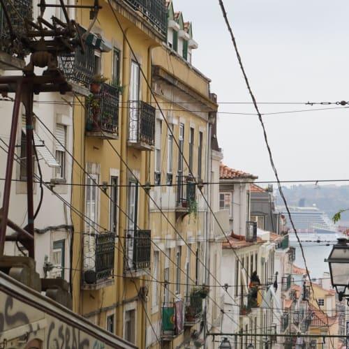 トラムでカイス・ド・ソドレに戻り、そこからリベイラ市場を経由してビッカ線を利用。丁度セレブリティの入港を見ることができました。 | リスボン