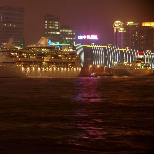 外灘の黄浦江にあるクルーズターミナルに停泊 | 上海での客船レジェンド・オブ・ザ・シーズ