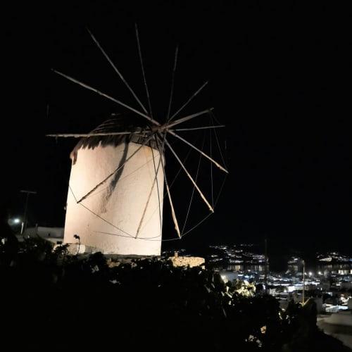 イル・ポルトからボニの風車まで急坂と階段を登った 眼下に見えるリトル・ヴェニスの喧騒は嘘のように静寂が周りを包んでいた | ミコノス島
