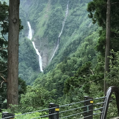「立山黒部アルペンルート」のエクスカーションへ。 左側は、滝。 右側は、雪解け水や雨水が流れてる | 金沢
