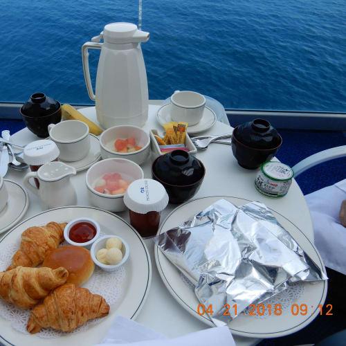 バルコニーでルームサービス(朝食) 基本料金に含まれているサービスです。 | 客船ダイヤモンド・プリンセスの客室、フード&ドリンク