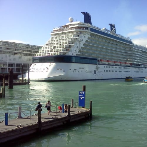オークランドの港。船の奥に見えるのは、埠頭にあるホテル(ヒルトン)。 | オークランドでの客船セレブリティ・ソルスティス