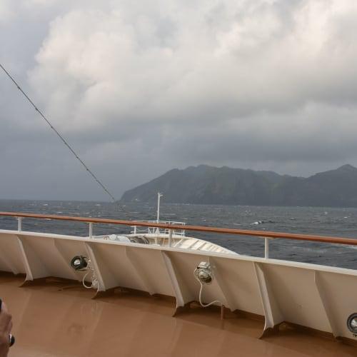 帰路、荒れ模様の海なのに青ヶ島も見せてくれました。 | 客船にっぽん丸の船内施設