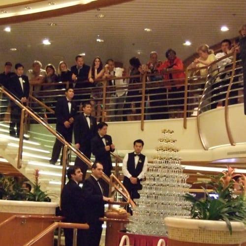 シャンパンタワー | 客船ゴールデン・プリンセスのクルー、アクティビティ、船内施設