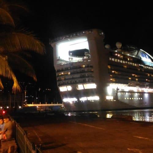 夜の港にゴールデンプリンセスが映える。 | パペーテ(タヒチ島 / フランス領ポリネシア)での客船ゴールデン・プリンセス