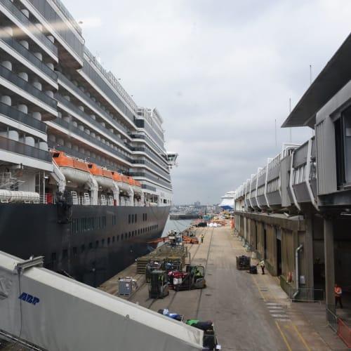 サウサンプトン港で乗船直前、写したクイーン・ヴィクトリア号です。 | サウサンプトンでの客船クイーン・ヴィクトリア