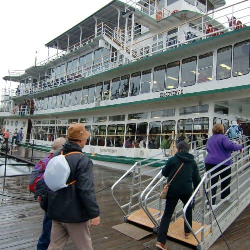 フェアバンクス Fairbanksアラスカ第2の都市。アラスカの中央に位置、北半球で最も明るいオーロラが見える街といわれる。オーロラ観測を期待して、2300頃より雨の中、ぬかるむ道を小屋[スキッドランド]へ向うが、殆どオーロラは確認できず、230ホテルに帰る。 外輪船クルーズ 「ディスカバリー号」Discovery Ⅲ 幅34ft、長さ156ft、280トン、4層のデッキ、旅客定員900人。 今日は定員一杯の感じであった。 チエナ川[Chena]をタナナ川[Tanana]の合流点までクルーズして戻る。 | フェアバンクス(アラスカ州)