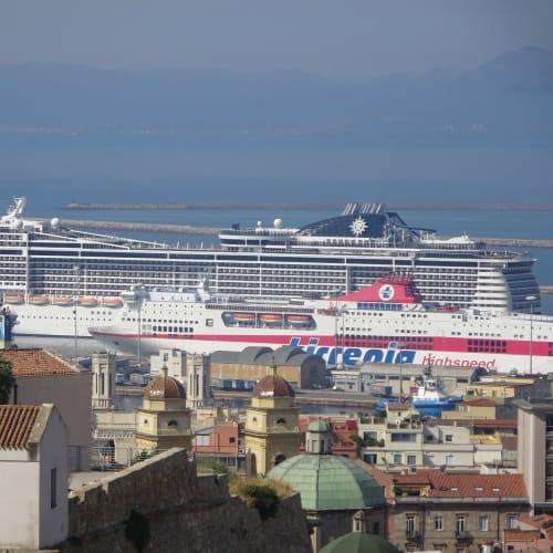 カリアリ(サルデーニャ島)での客船MSCプレチオーサ