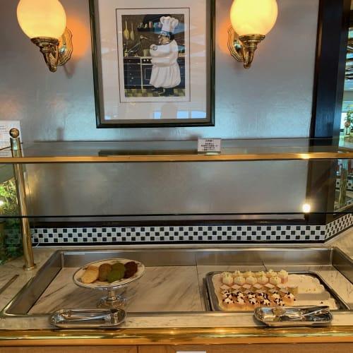 コーヒーショップのプレゴでも時間帯によってプチケーキやクッキーが提供されます。 | 客船飛鳥2のフード&ドリンク、船内施設