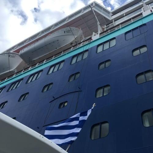 ブルーにグリーンがかった水色が好きです。   客船プルマントゥール・ホライズンの外観