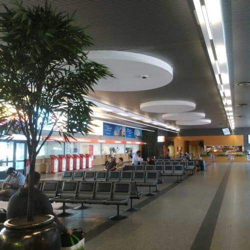 Aターミナル内。ここで乗船を待ちます。バイキング・ラインは自動チェックイン端末もありますし、窓口もあります。 | タリンでの客船バイキングXPRS