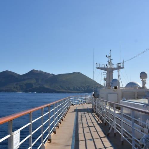 鳥島です。 船は島を一周してくれました。 | 小笠原(東京)での客船にっぽん丸