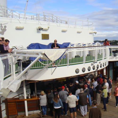 オージーたちで賑わうプールサイドバー   客船パシフィック・ジュエルの乗客、船内施設