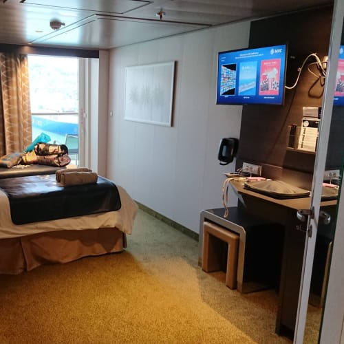 キャビンNo.13108は車椅子対応のため、ソファーは置かれていません。   客船MSCベリッシマの客室