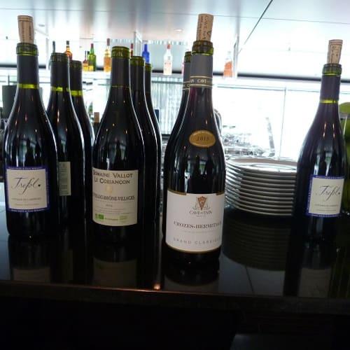 地元のワインショップの方が来てワイテイスティング。 | 客船エメラルド・リベルテのフード&ドリンク、アクティビティ