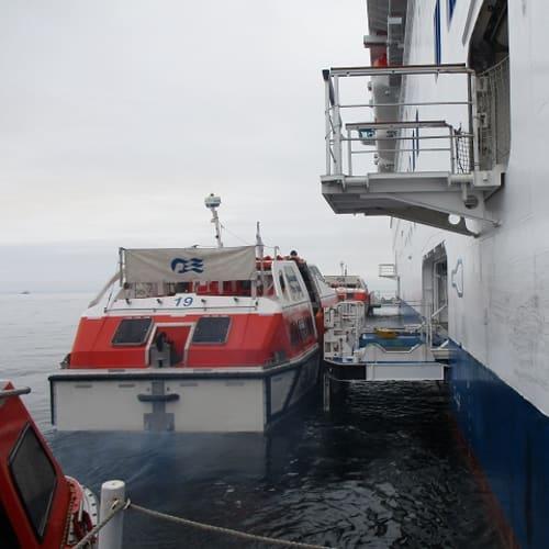 テンダーボートに乗り換え、サハリンへ | コルサコフ(サハリン島)での客船ダイヤモンド・プリンセス
