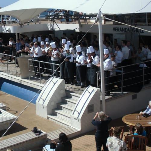 午後はプールサイドでクルーや乗客達との交流の場が設けられました。