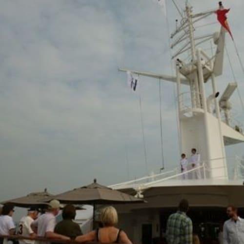 出航時マストに旗を揚げるのがこの船の儀式。 | 客船スター・プライドの外観
