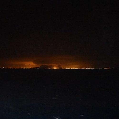 深夜、遠くに見えたジブラルタルの街の灯とザ・ロック。 | マラガ