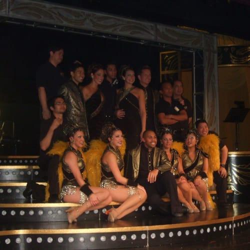 ショーのダンサー達    最後のショーが終わり仲間同士お別れの記念撮影 | 客船アムステルダムのアクティビティ、船内施設