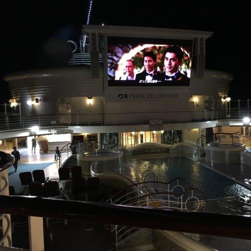 ムービーズアンダーズスターズ!プリンセスコンパス(日程表)で確認。1日に約3回映画が上映されます。雨の中は、ちょっと残念ですが、デッキチェアで横になって見ることが出来ます。 | 客船ダイヤモンド・プリンセスのアクティビティ、船内施設