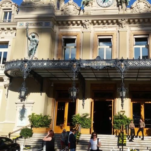 モナコのカジノ。 黒い影は、悪魔のツノ、ではなくて、前に植わっているヤシの木の葉の影。 | モンテカルロ