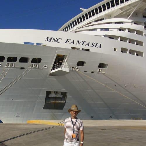 MSCはイタリアの船なので、英語よりは話せるイタリア語でOK!   客船MSCファンタジアの乗客、外観