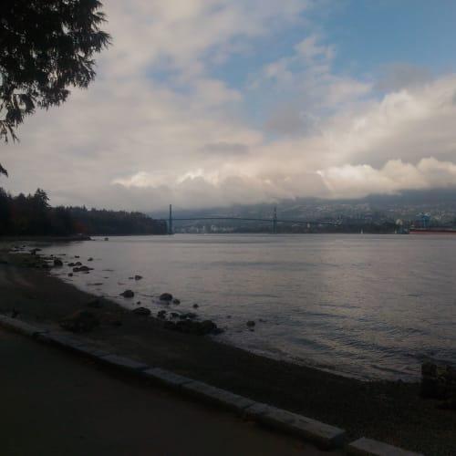 バンクーバーの入江、写っていないが右手対岸に港がある。 正面の橋は、翌日の出港でくぐっていく。 | バンクーバー(ブリティッシュコロンビア州)