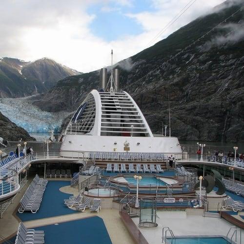 船尾が氷河の方に向きました   トレーシー・アーム・フィヨルド(アラスカ州)での客船ドーン・プリンセス