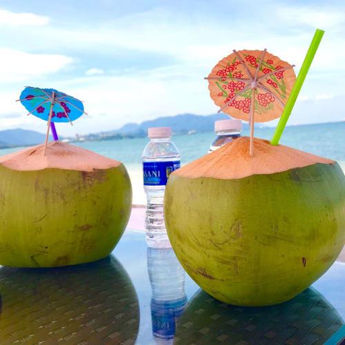 一番近いホテルからタクシーで白い砂浜が一番美しい北のタンジュンルーへ。一番のりでビーチ貸し切り。ビーチベッドは一日100リンギ。ミネラルウオーター、椰子の実飲み放題、タオル、パラソル付き。最高だ👍 | ランカウイ島