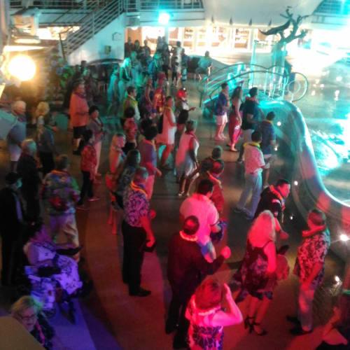 船上のダンスナイト。 写真では分かりづらいが、照明とかプロジェクションマッピング(上方二つのレーダードーム)とか結構凝っていた。 | 客船ゴールデン・プリンセスのアクティビティ、船内施設