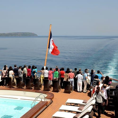 隠岐の島を出航後、海上に何かを発見 | 隠岐の島(島根)での客船ロストラル