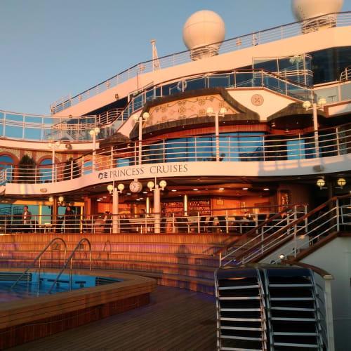 船尾エリア。沈む夕日を背にして一枚。 | 客船ルビー・プリンセスの船内施設