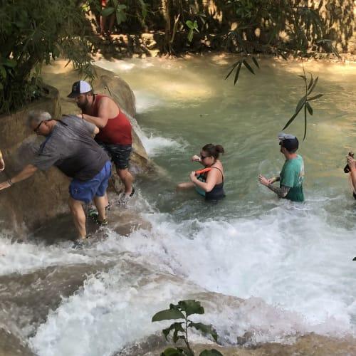 さて 滝登りです。 ビシャビシャになるので水着着用で 荷物は持って来ない事をお勧めします。 直前に有料ロッカーもありますよ。   モンテゴ・ベイ