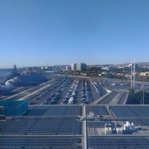 あっという間にロサンゼルスの港に着いてしまった。 有名なロングビーチではなく、数キロ西のサンペドロ港。 眼下がクルーズターミナルになるが、初めてのこともあり、勝手がよくわからず、公共交通機関も整備されていないように感じた。 WiFiがつかめず、タクシーは長蛇の列。あてにしていたUberを諦め、結局自分たちで1キロぐらい荷物を引きずって、ローカルのバス停まで移動。その後は何とかなったが、時間はだいぶロス。 公共バスの中にWiFiがあって、だいぶ助かったが、これも調査不足だった。   ロングビーチ