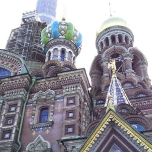 血の上の教会。改装中で外観がシートで一部覆われていましたが、美しい教会だと思います。 | サンクトペテルブルク