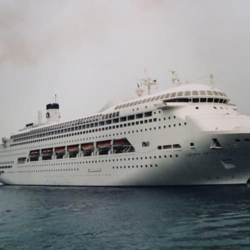 ナッソーで停泊中のクラウンプリンセス <シップデータ> 総トン数70,000トン、全長245m、全幅32.2m、 巡行速度19.5ノット、最大速力22.5ノット、乗客定員1,590名、乗組員660名 カリブ海から退いたあとP&Oオーストラリアに移籍し、パシフィック・ジュエルと改名。オーストラリア・南太平洋海域で活躍したが、その後ムンバイを母港にするインドの新興クルーズ会社ジェレッシュ・クルーズに売却された。 ****************************************************************************** 写真はフイルムカメラで撮ったプリント写真をデジタルカメラで撮り直ししたため鮮明ではありませんが、ご容赦ください。 | 客船クラウン・プリンセスの外観