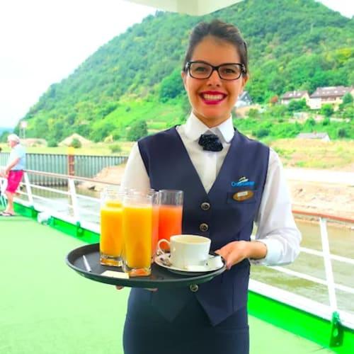 デッキに出ると、お飲み物はいかが?と声をかけてくれるクルー!笑顔が素晴らしい! | 客船MSラファイエットのクルー、フード&ドリンク、船内施設