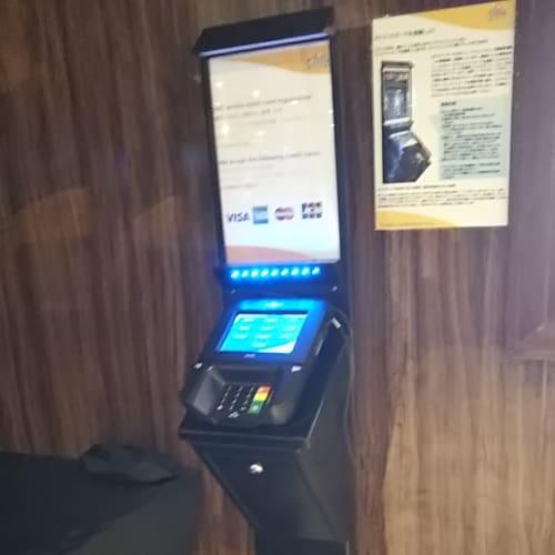 ルームカードキーにクレジットカード機能を持たせるためのクレジットカード登録機。やや反応がドン臭いが日本語も選べるので楽です。 | 客船コスタ・ネオロマンチカの船内施設