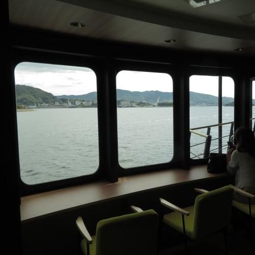 様々な座席が用意され、船旅を楽しめる。 | 広島