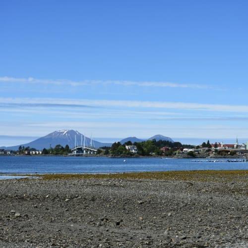 国立歴史公園から見たシトカの街です。  左手の橋の先に空港があるそうです。 | シトカ(アラスカ州バラノフ島)