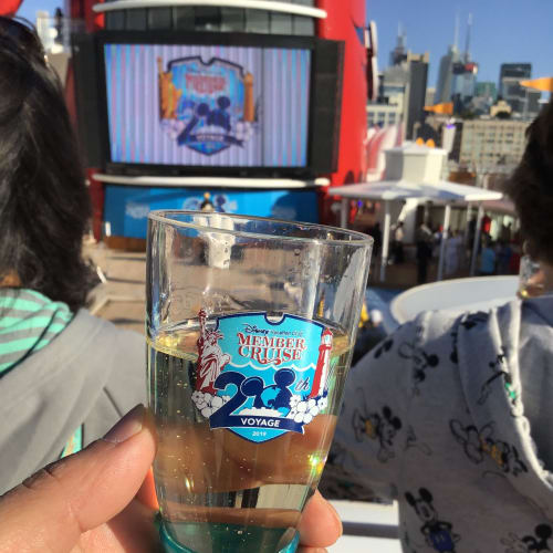 Mickey's Sail-A-Wave Party前に配られるシャンパン | 客船ディズニー・マジックのフード&ドリンク、船内施設