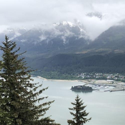 着いた午前中は氷雨の中。 船内での洗濯が終えた頃の、午後には少しずつ霧や雲が晴れる。 桟橋から目の前のロバート山へのロープウエイで頂上に。 片道6分、往復35ドル、天気が良ければ十分にお釣りが来る素晴らしい景色が待っています。 別添のアドレスでYoutube動画をお楽しみください。 | ジュノー(アラスカ州)