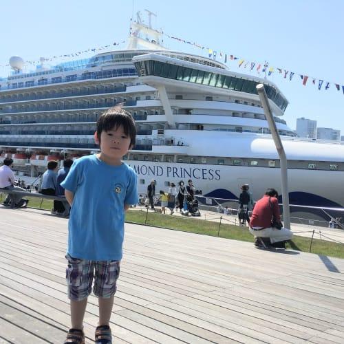 出港日は晴れ! この日はGW初日で、横浜からダイヤモンド・プリンセス、ノルウェージャン・ジュエル、MSCスプレンディダの3隻が出港ということで見物客が沢山いました。 | 客船ダイヤモンド・プリンセスの乗客、外観