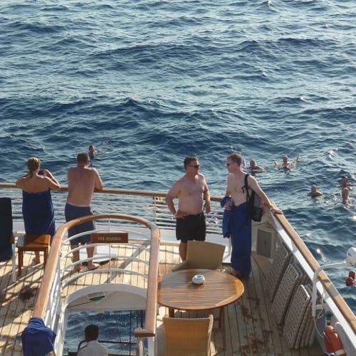 海に入っている人たちもいました。 | 客船シードリーム1の乗客、船内施設