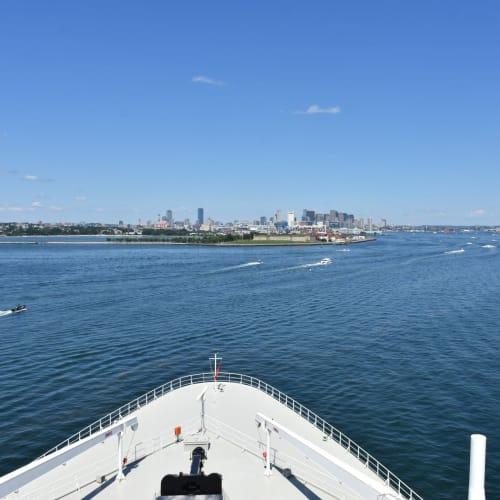 ボストン港に接近しました。正面には街、右手にはボストン空港が見えています。 | ボストン(マサチューセッツ州)での客船クイーン・メリー2
