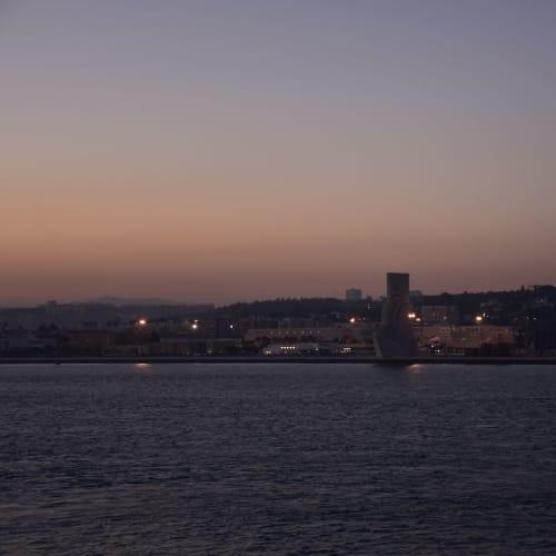 夕暮れのリスボン港を出港後に見えた、大航海時代のモニュメントであるベレンの塔。 | リスボン
