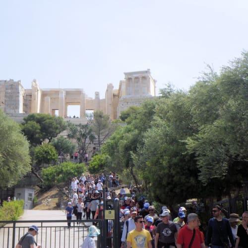 船には早く乗りたいけど、生まれて初めて来たアテネの街も見てみたい。ホテルに紹介してもらったタクシー運転手のジョルジオにお願いして、80ユーロ分で12時までに港に着く約束で、アテネ市街とピレウスをちょっとだけ回ってもらう。 タクシーの車内から大統領府と護衛の衛兵や、アテネオリンピックの記念のマラソンの彫刻、古代ギリシャ時代のゼウスの柱、などを見て回り、パルテノンのふもとに行く。パルテノン神殿のあたりは電磁波が強くて、鳥がまったくいないんだ、なんて地元の人ならではの説明を面白く聞く。 車を降りて10分ほど歩き回ってパルテノン神殿の入り口を見物した後、時速100キロ以上で飛ばしてピレウスに。ピレウスでは高台から高級ヨットがずらりと並ぶハーバーを見せてもらった。 | ピレウス(アテネ)